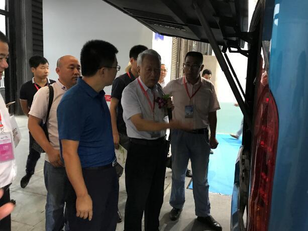 副总经理彭锋为国家863节能与新能源汽车项目组专家王秉刚介绍中通展车