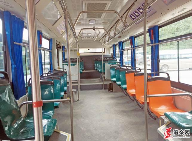纯电动公交车内部,宽敞整洁