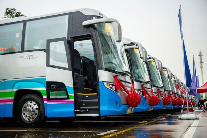Touring客车交付空港巴士现场