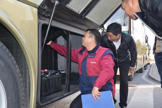 发车前,安凯服务经理在为西南山水旅游公司的驾驶员进行培训