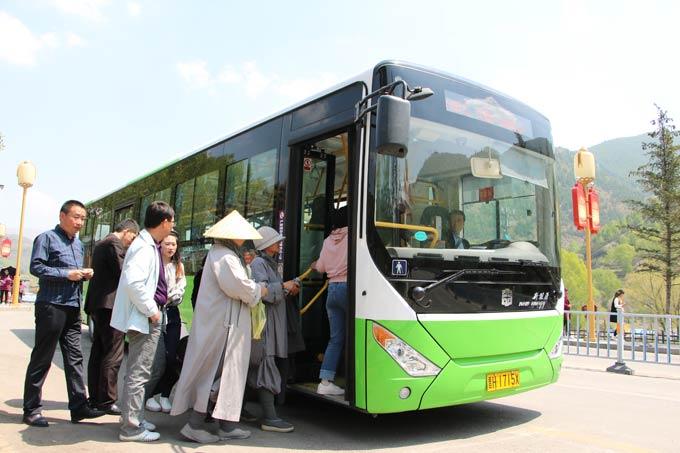乘客排队乘坐中通电动公交