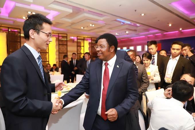 坦桑尼亚总理马贾利瓦接见宇通客车非洲大区经理朱文然
